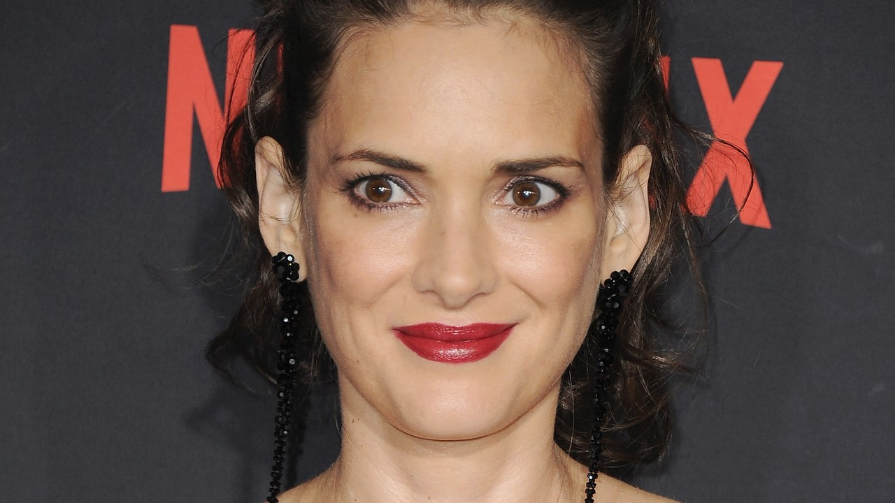 """winona ryder """"width ="""" 1280 """"height ="""" 720 """"srcset ="""" https://www.top5.com/wp-content/uploads/ 2013/01/winona-ryder -bizzare-celebrity-arrests-.jpg 1280w, https://www.top5.com/wp-content/uploads/2013/01/winona-ryder-bizzare-celebrity-arrests-300x169.jpg 300w, https: / /www.top5.com/wp-content/uploads/2013/01/winona-ryder-bizzare-celebrity-arrests--768x432.jpg 768w, https: //www.top5.com / wp-content / uploads / 2013 / 01 / winona-ryder-bizzare-celebrity-arrests - 1024x576.jpg 1024w, https://www.top5.com/wp-content/uploads/2013/01/winona -ryder-bizzare-celebrity-arrests - 640x360. jpg 640w, https://www.top5.com/wp-content/uploads/2013/01/winona-ryder-bizzare-celebrity-arrests--320x180.jpg 320w, https://www.top5.com/wp -content / uploads / 2013/01 / winona-ryder-bizzare-celebrity-arrests - 280x158.jpg 280w, https://www.top5.com/wp-content/ uploads / 2013/01 / winona-ryder-bizzare -celebrity-arrests - 316x177.jpg 316w """"size ="""" (max-wid th: 1280px) 100vw, 1280px [19659047] Getty Images </p> </div> <p>  When the actress quickly became famous in the late '90s, it seemed she was not changing her way of thinking. Ryder was arrested for attempting to steal $ 5,000 worth of goods in a Saks Fifth Avenue warehouse. Critics scratched their heads because it was such a bizarre arrest of stars. She was a successful and rich actress. Why did she steal? </p> <p>  To this day, people still make fun of her, and she still defends herself by saying that she has not hurt anyone. </p><div><script async src="""