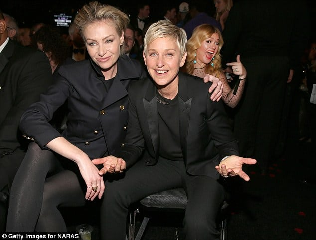 Kelly Clarkson Photobombs Ellen De Generes at the Grammys. It is one picture which belongs to the hall of fame of celebrity photobombs