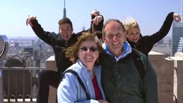 Jimmy Fallon and Cameron Diaz photobombing a group of tourist is a master class of celebrity photobombs