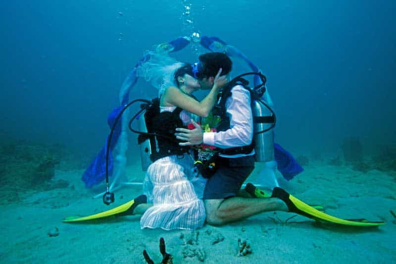 bizarre-weddings-scuba
