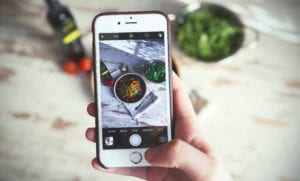 Food apps taking a phone of food