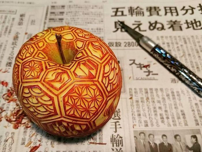 apple fruit carving by artist Gaku