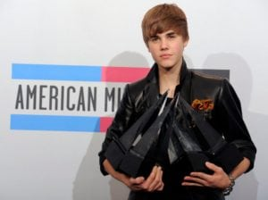 justin bieber outfits awards