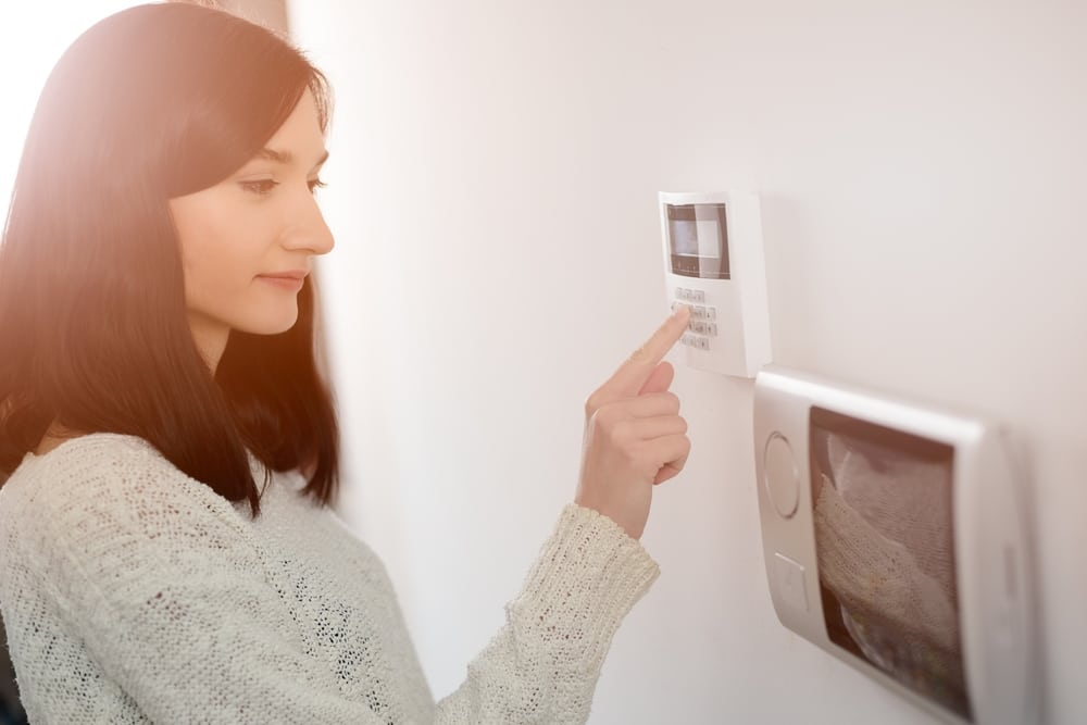 What's the Difference Between a Wired and Wireless Home Security System?