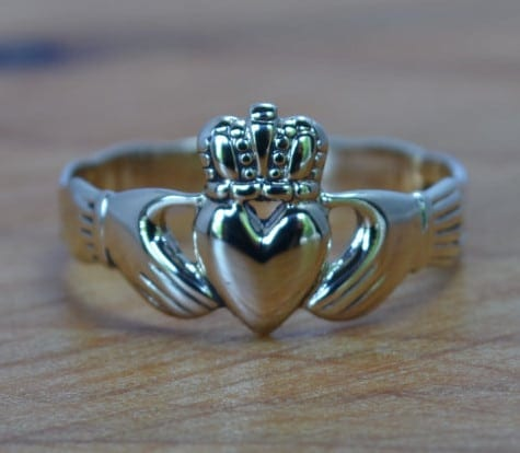 Alternative engagement rings: claddagh ring