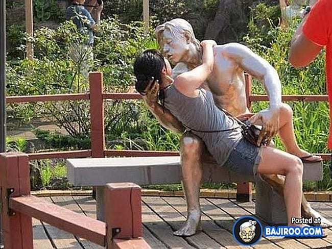 hilarious photos - passionate embrace