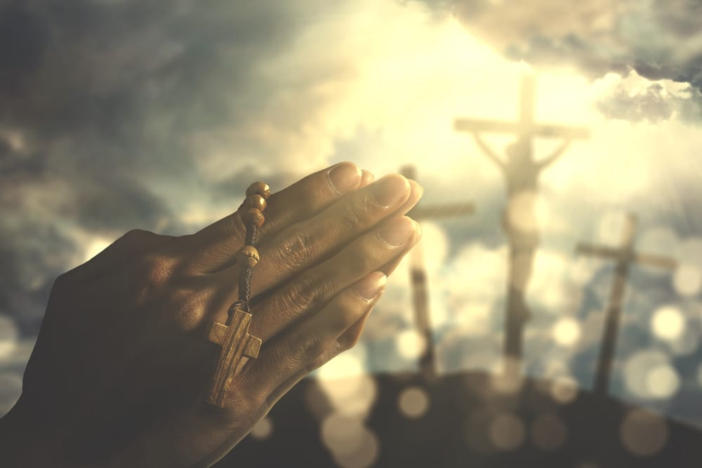 Man praying with rosary in fasting
