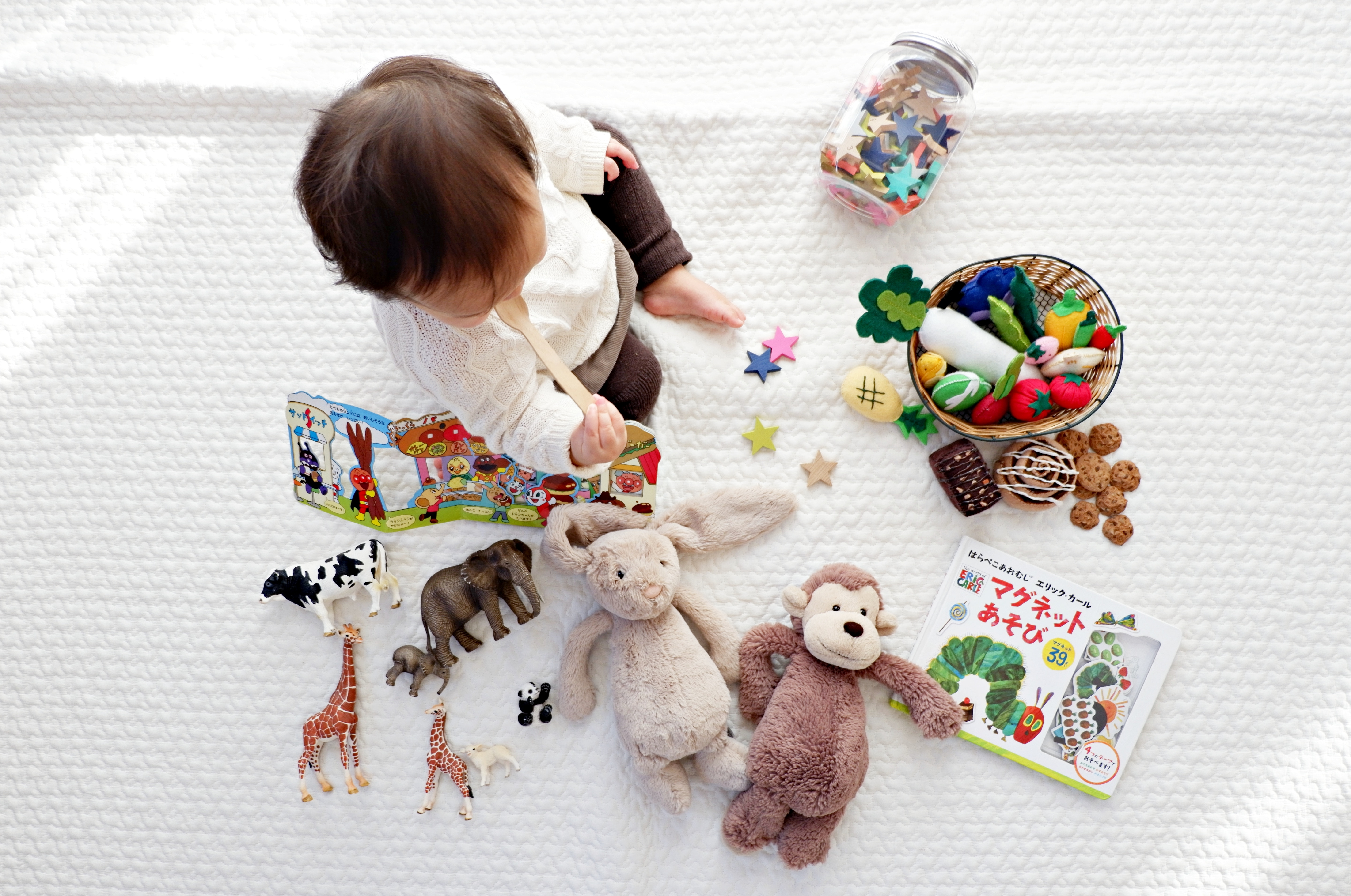 tips for traveling with kids playing with toys