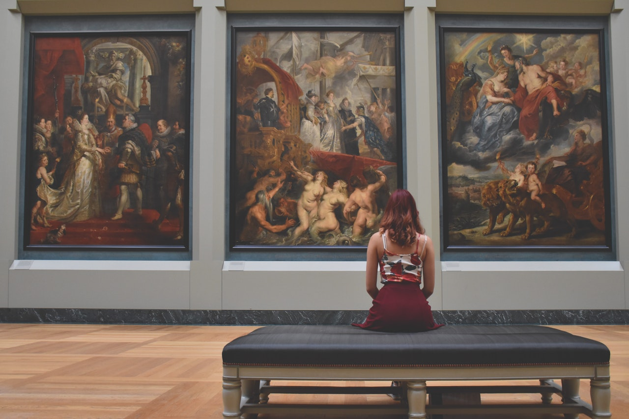 visit a free museum as a way to travel cheaply