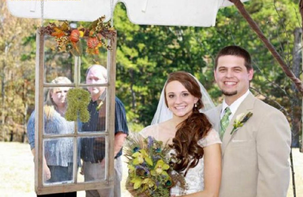 20 Awkward Wedding Photos That Are So Bad They're Good