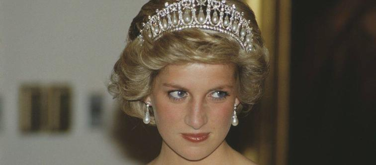 26. When a royal woman is photographed, how should she pose?